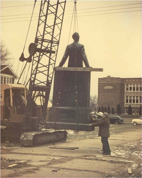 Lincoln_statue_in_transit_1955